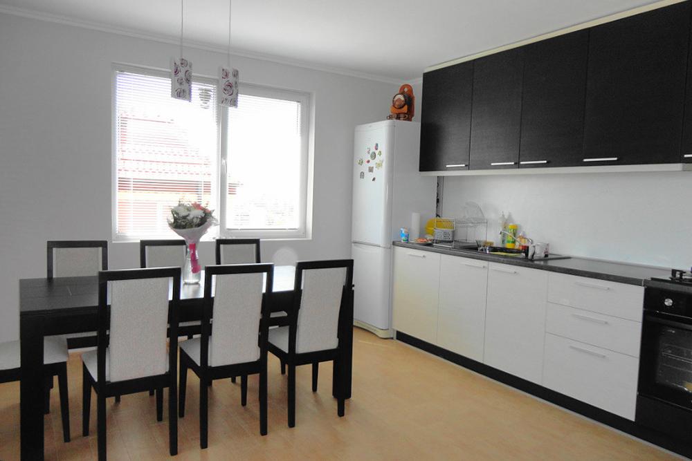 Большая белая кухня черный верх фото