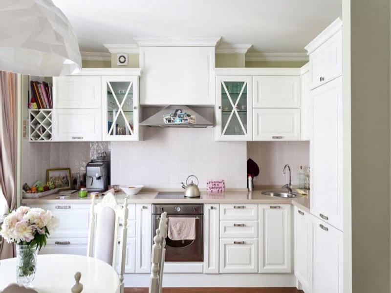 Белая классическая маленькая кухня