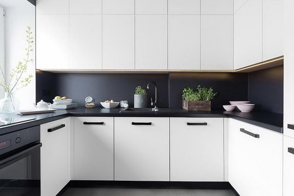 белая кухня П образная с черным фартуком, 6, Черно-белая кухня Черно-белая кухня