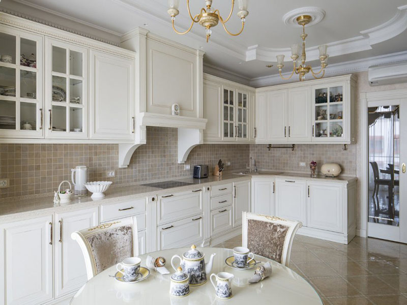 Белая кухня классика в интерьере помещений