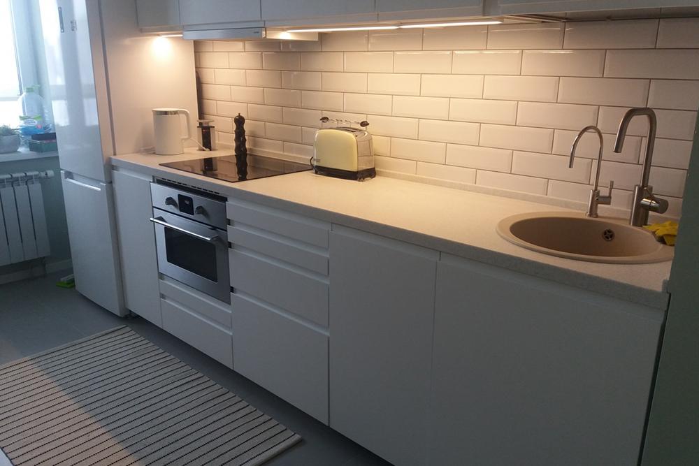 белая кухня с белой столешницей с фрезерованными ручками, без ручек