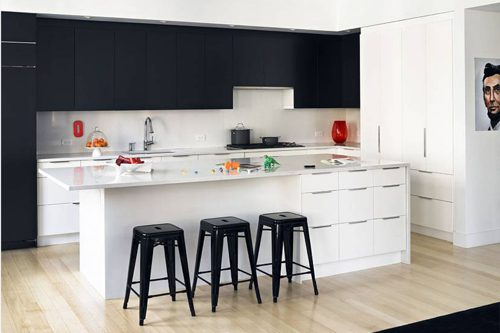 белая кухня с белым фартуком, черный верх фото