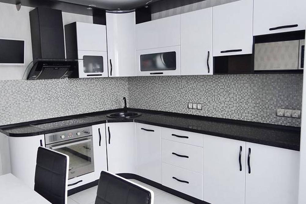 белая кухня с черным фартуком и черными ручками угловая - фото