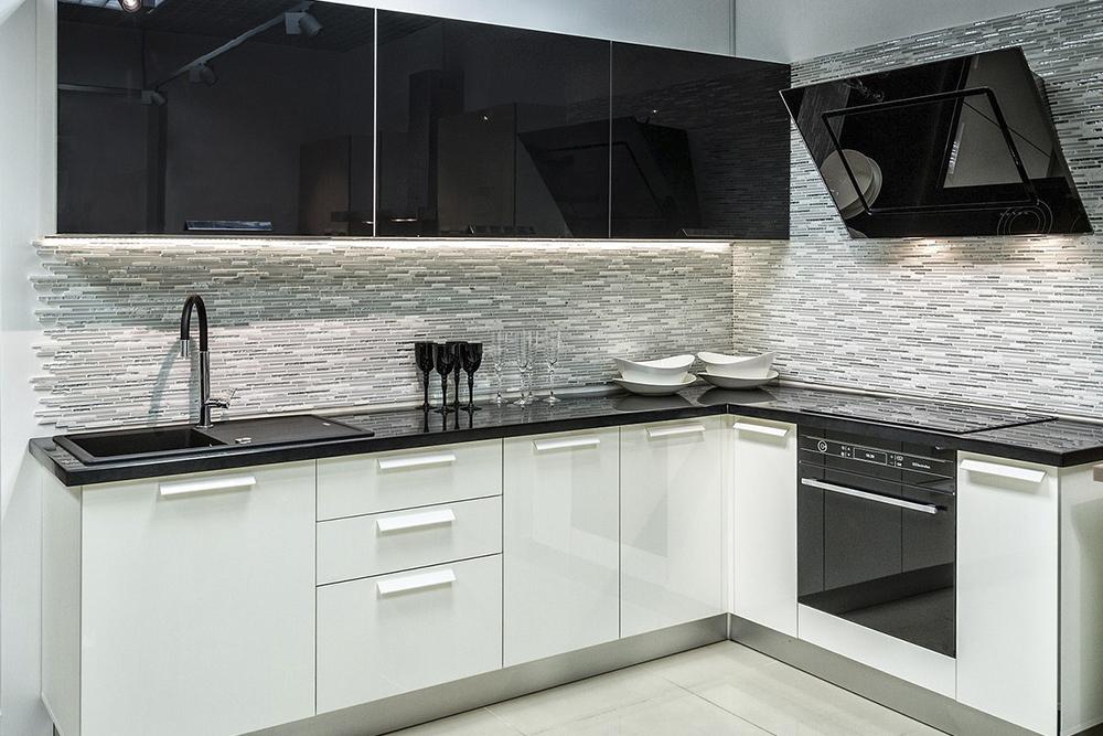 глянцевая черно белая кухня угловая
