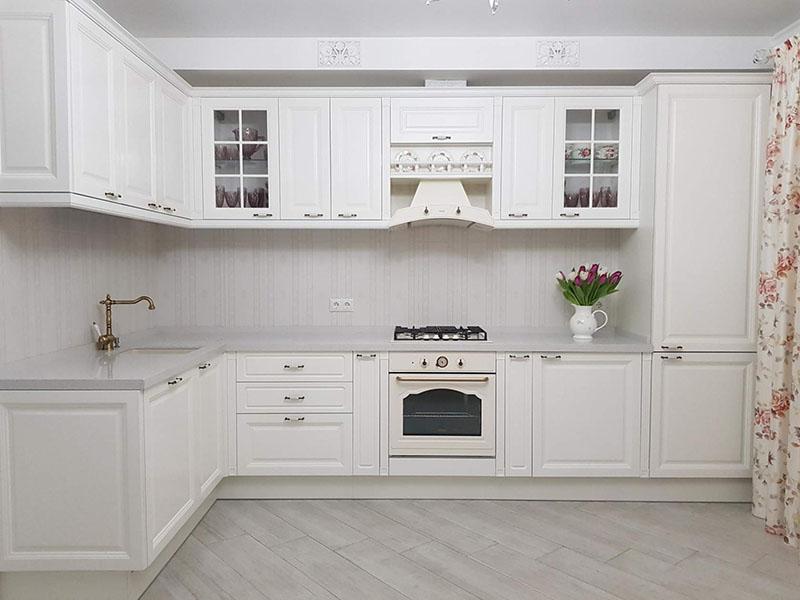 Кухня белая в классическом стиле фото