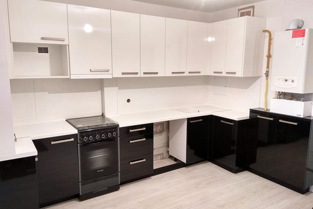 простая черно белая кухня