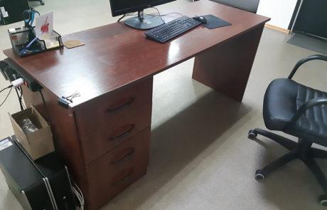 старая мебель в офисе
