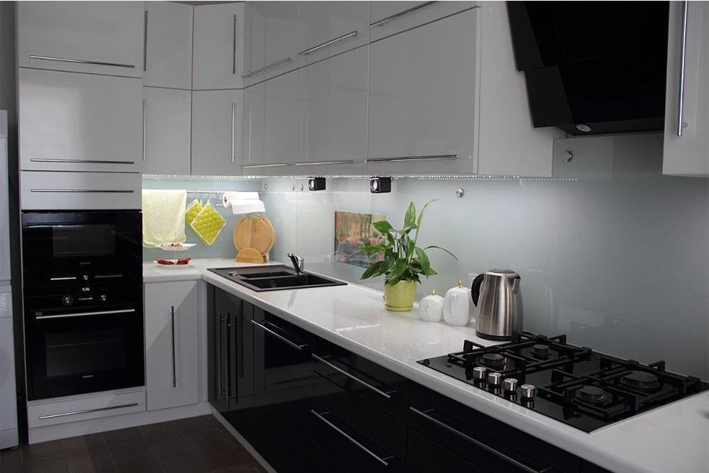 черная кухня с белым цоколем