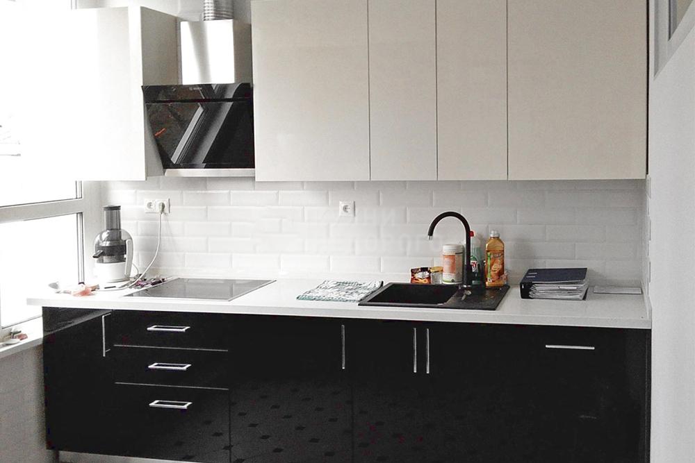 черная с белым кухня прямая маленькая кухня