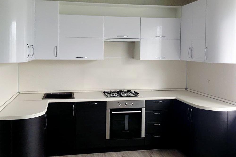 черно белая кухня с белой столешницей угловая маленькая фото