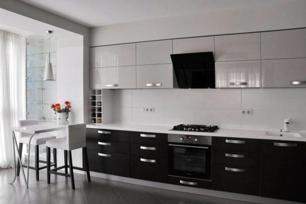 черно-белые кухни в современном стиле с большими ручками