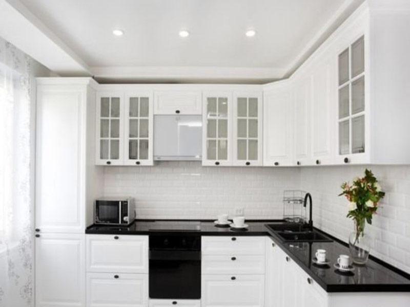 белая глянцевая кухня с черными ручками
