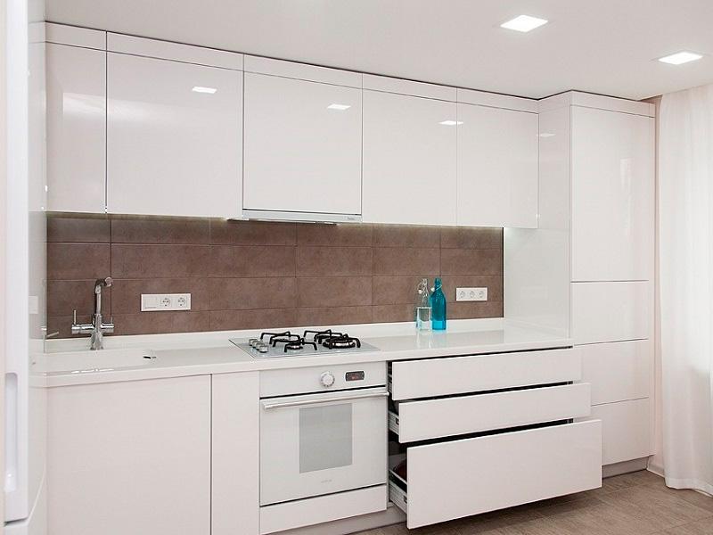 белая кухня без ручек до потолка