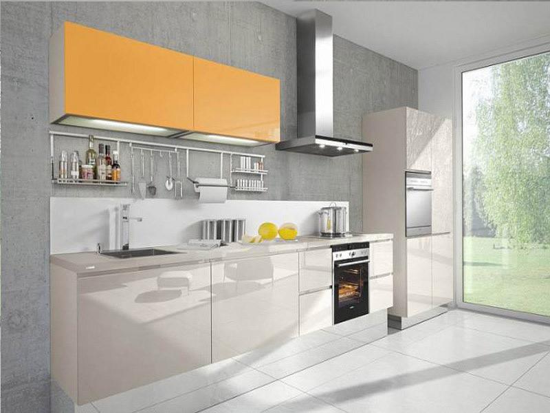 дизайн белой кухни с оранжевым верхом без ручек