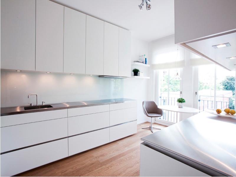 белая кухня без ручек в интерьере