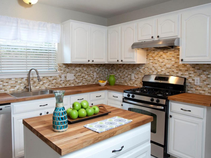 белая кухня деревянная столешница