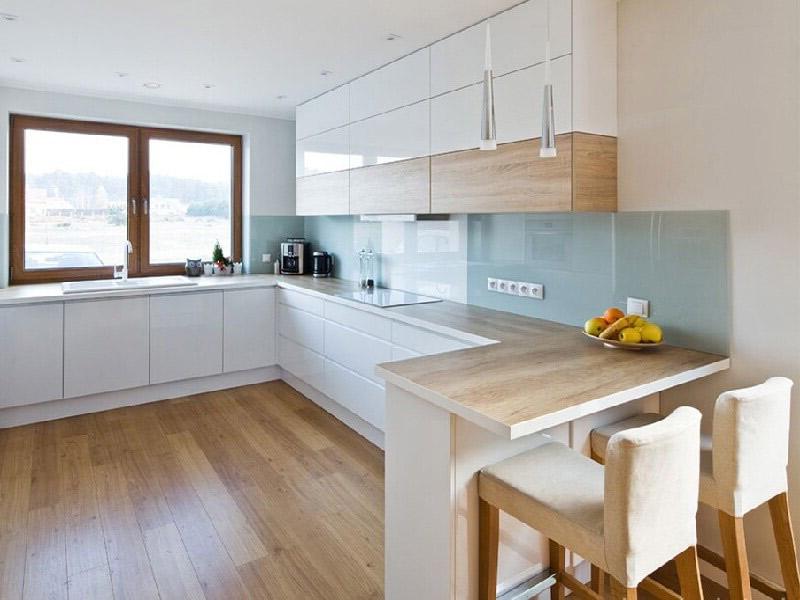 белая кухня и деревянная столешница
