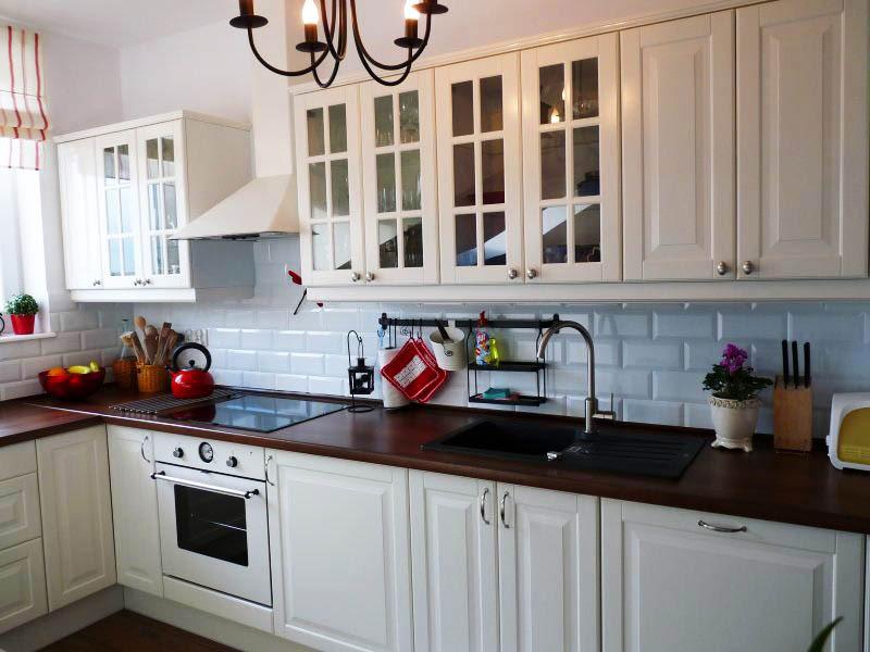 белая кухня коричневая столешница