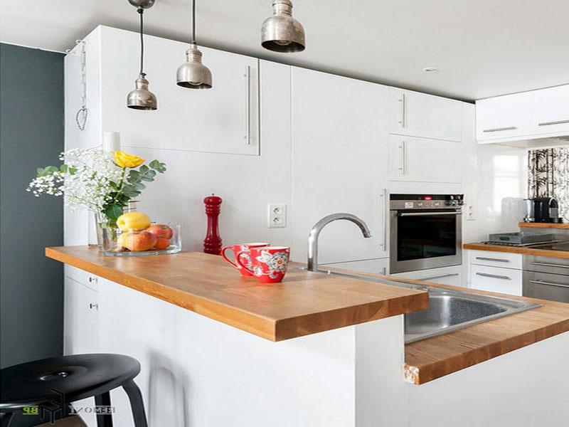 Белая кухня лофт с деревом