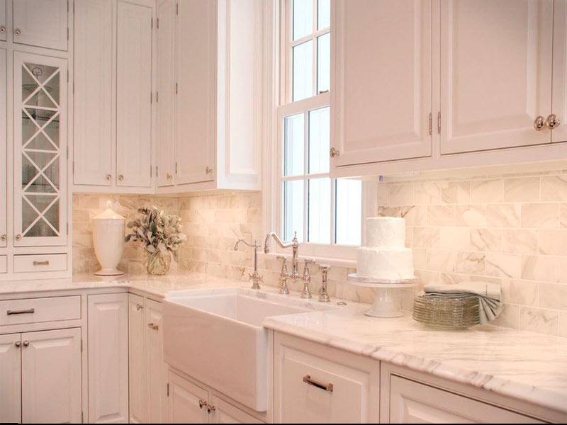 белая кухня мраморный фартук
