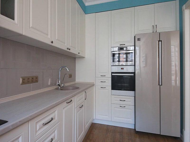 Белая кухня неоклассика до потолка