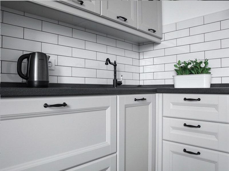 белая кухня с черными ручками