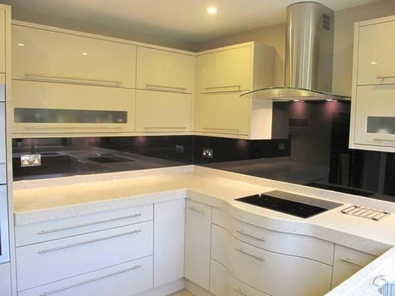 белая кухня с белой столешницей на зказ