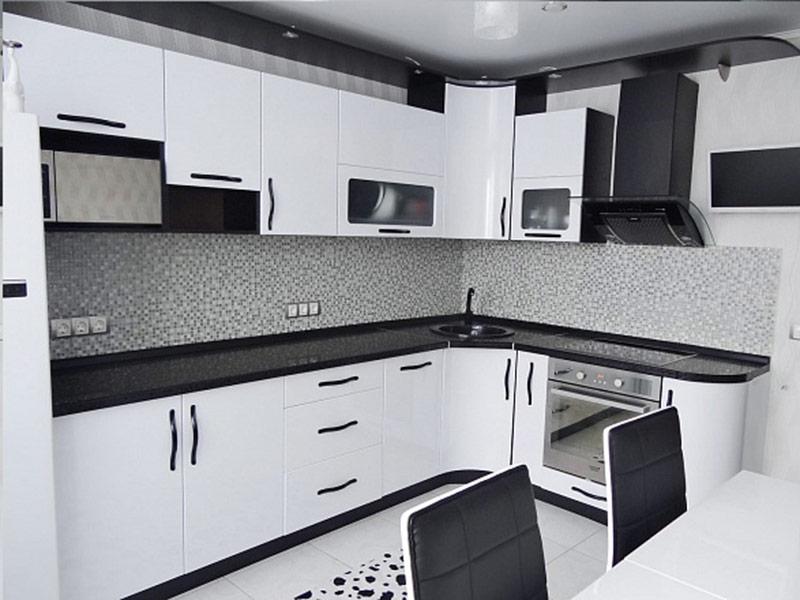 белая кухня с черной фурнитурой