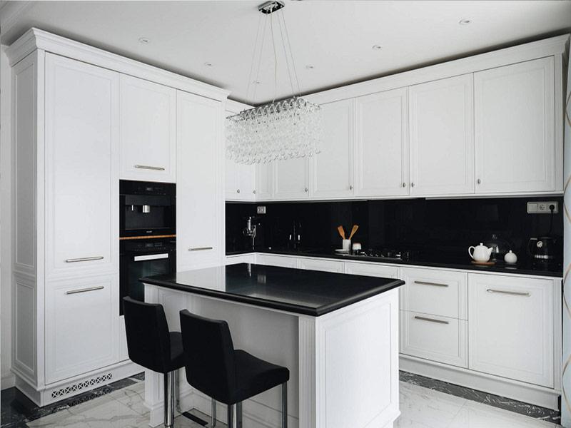 белая кухня с черным фартуком Киев