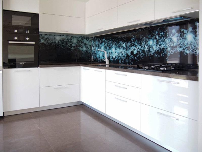 белая кухня с черным фартуком на заказ