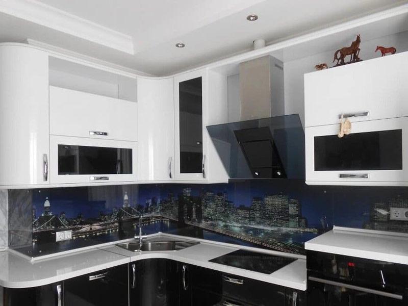 белая кухня с черным фартуком под заказ