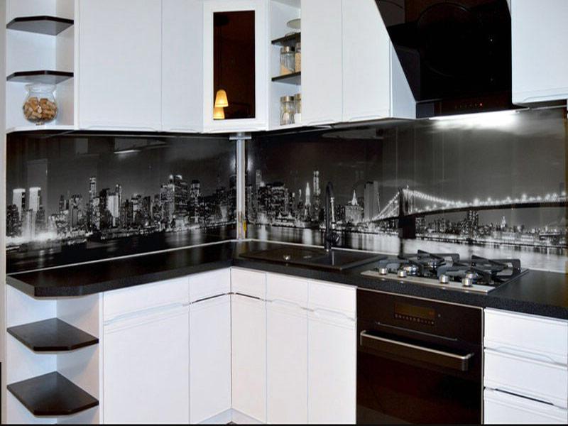 белая кухня с черным фартуком в интерьере