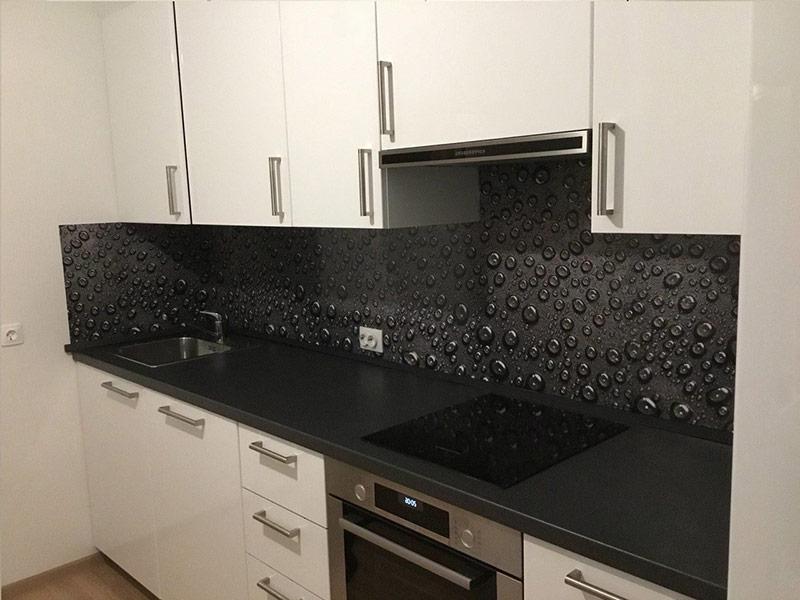 белая кухня с черным фартуком Вишневое