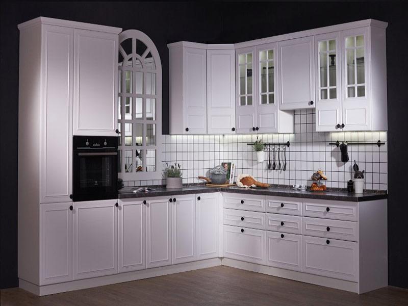 белая кухня с черными ручками фото