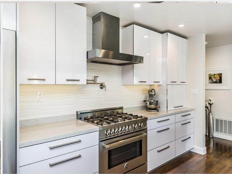 белая кухня с черными ручками Киев