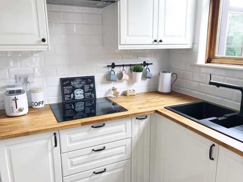 белая кухня с черными ручками под заказ