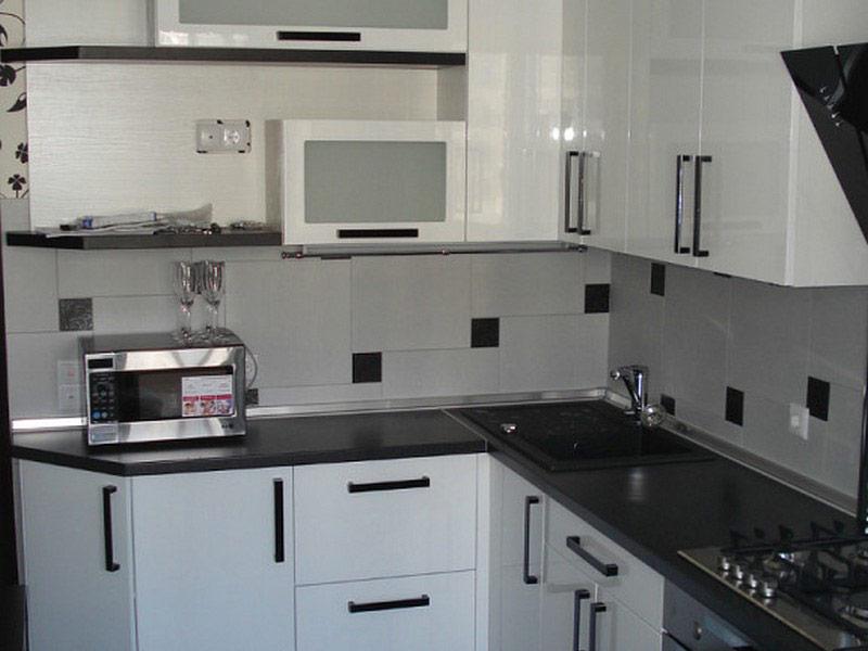 белая кухня с черными ручками Вишневое