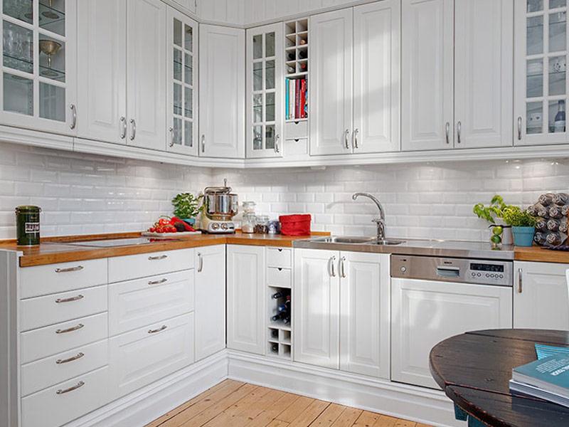 угловая белая кухня с деревянной столешницей