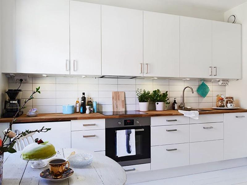 белая кухня с деревянной столешницей на заказ