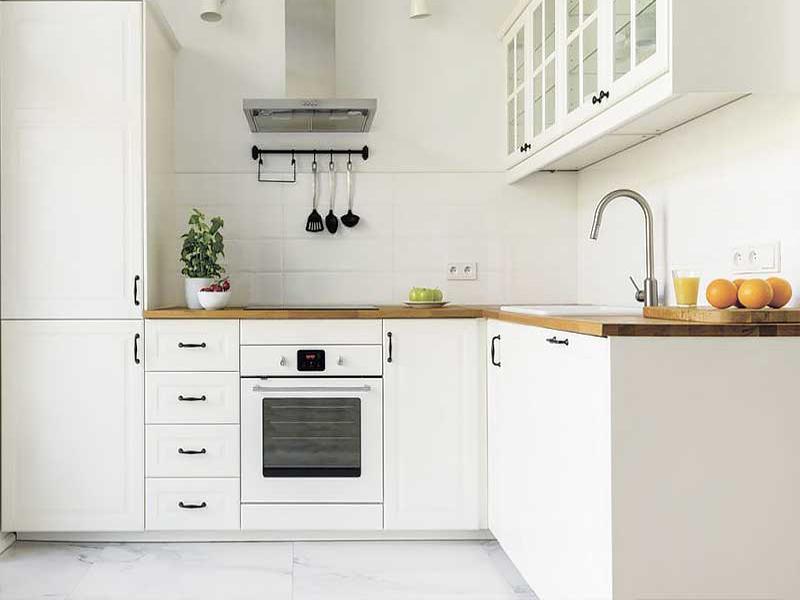 белая кухня с деревянной столешницей под заказ