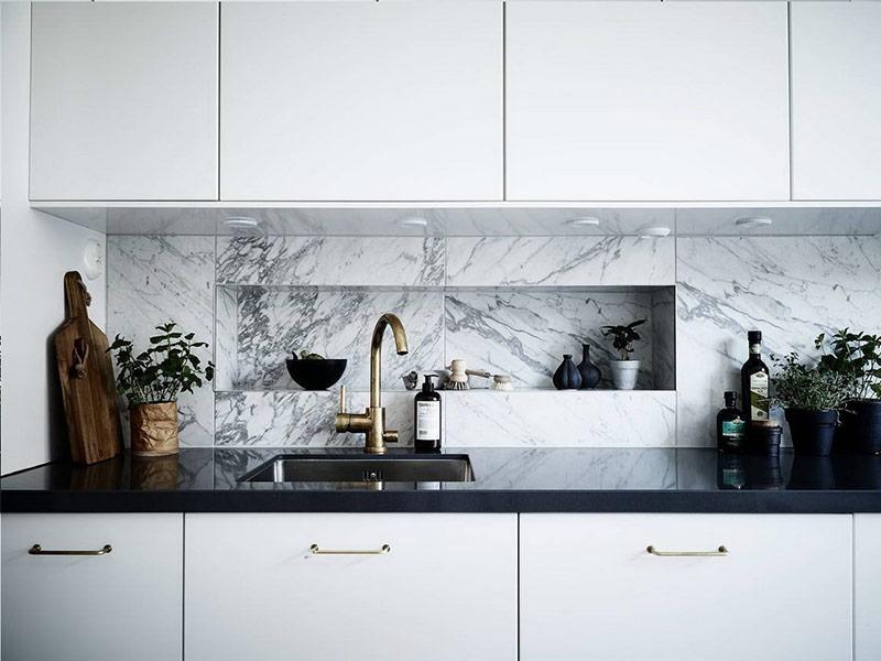 белая кухня с фартуком под мрамор