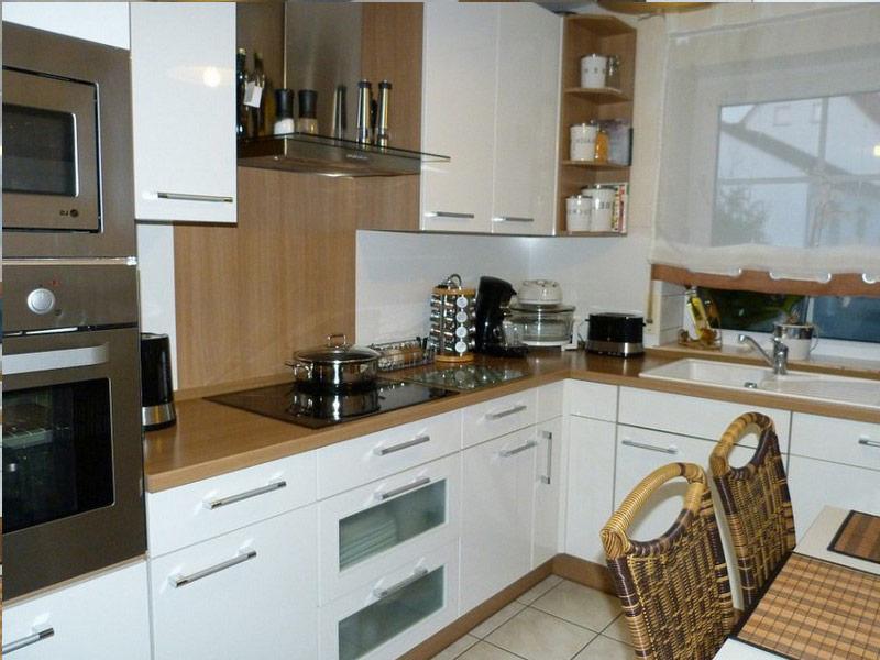 белая кухня с коричневой столешницей цена