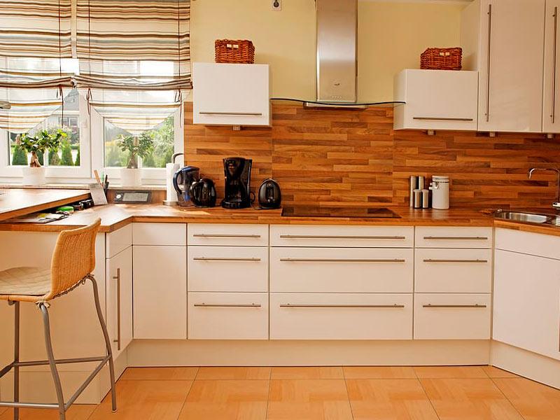 белая кухня с коричневой столешницей фото