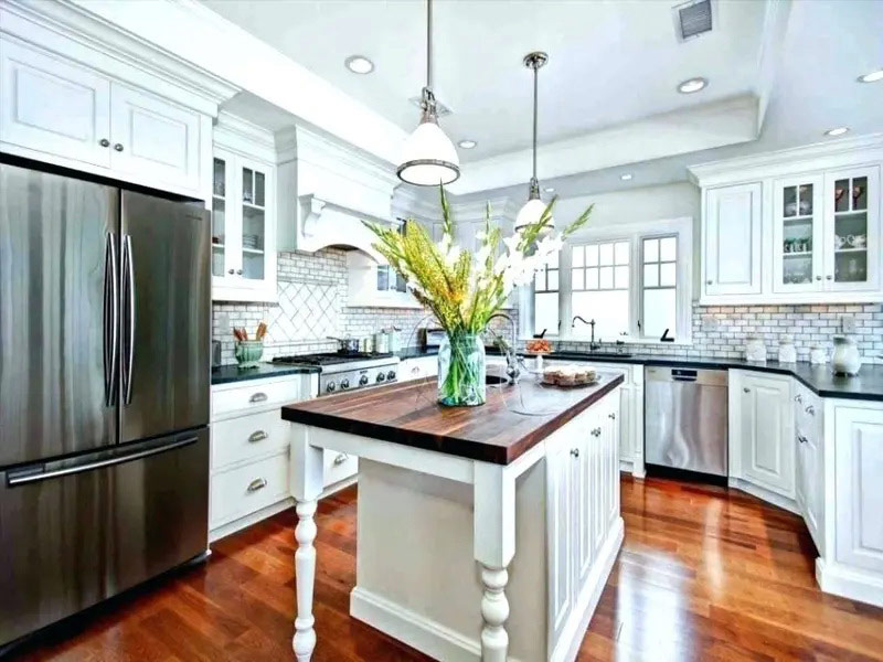 белая кухня с коричневой столешницей и фартуком