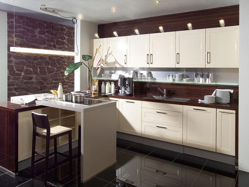 белая кухня с коричневой столешницей на заказ