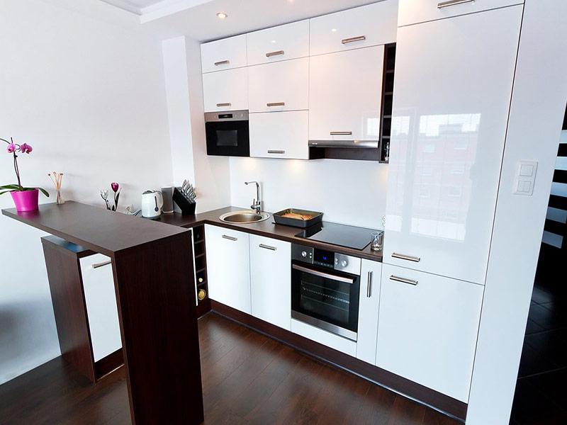белая кухня с коричневой столешницей под заказ