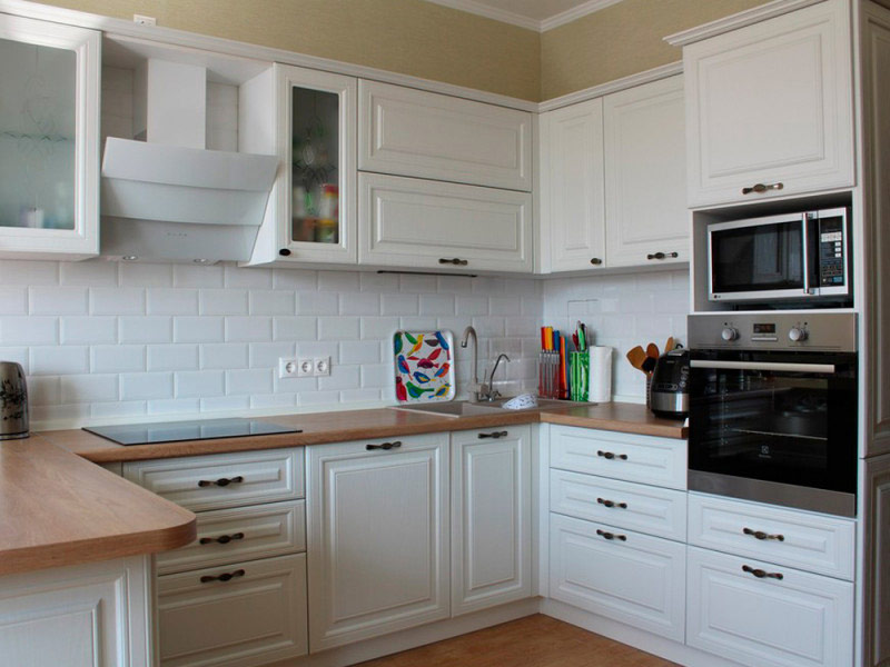 белая кухня с коричневой столешницей Вишневое