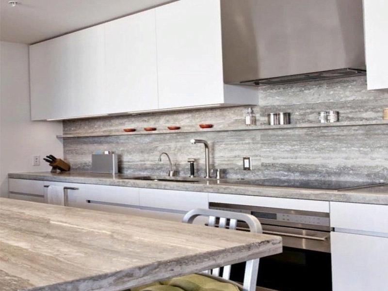 белая кухня с мраморной столешницей фото