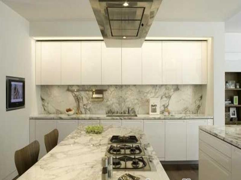 белая кухня с мраморной столешницей на заказ