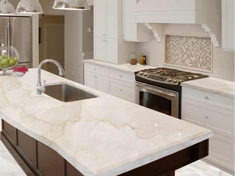 белая кухня с мраморной столешницей под заказ